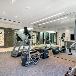 Cette photo montre une salle de sport moderne.