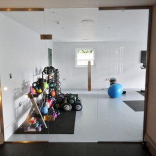 Multifunktionaler Moderner Fitnessraum mit Linoleum in Essex
