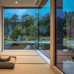 Asiatischer Yogaraum mit weißer Wandfarbe und beigem Boden in Sonstige