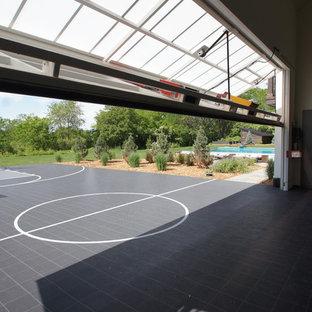 Immagine di un campo sportivo coperto tradizionale con pavimento grigio