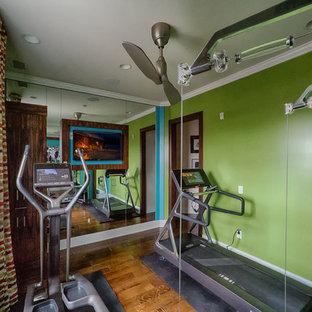 Ispirazione per una piccola palestra multiuso minimal con pareti verdi e pavimento in legno massello medio
