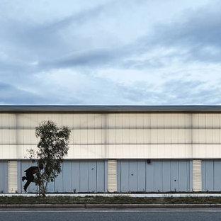 Ispirazione per un grande campo sportivo coperto design con pareti bianche, pavimento in terracotta e pavimento multicolore
