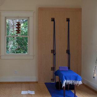 Idee per uno studio yoga mediterraneo con pavimento in bambù e pareti gialle