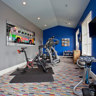 Immagine di una grande palestra multiuso moderna con pareti blu, moquette e pavimento grigio