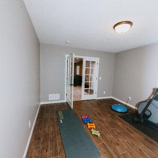 Multifunktionaler, Mittelgroßer Klassischer Fitnessraum mit grauer Wandfarbe, braunem Holzboden und braunem Boden in Omaha