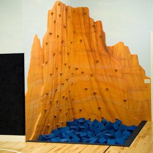 Großer Klassischer Fitnessraum mit bunten Wänden, Sperrholzboden und Kletterwand in Salt Lake City