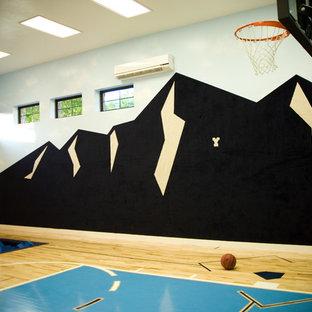 Großer Klassischer Fitnessraum mit Indoor-Sportplatz, bunten Wänden und Sperrholzboden in Salt Lake City