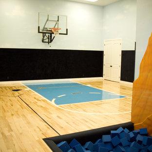 Immagine di un grande campo sportivo coperto classico con pareti multicolore e pavimento in compensato