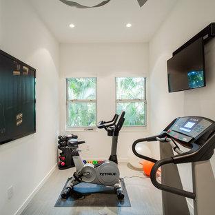 Новый формат декора квартиры: маленький универсальный домашний тренажерный зал с белыми стенами, полом из винила и серым полом