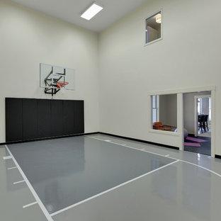 Großer Klassischer Fitnessraum mit Indoor-Sportplatz, beiger Wandfarbe, Betonboden und grauem Boden in Minneapolis