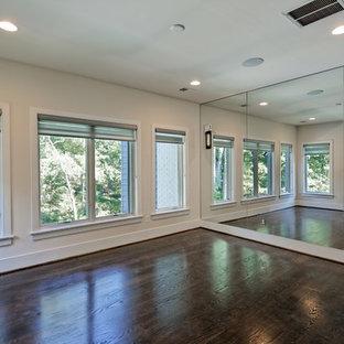 Idee per uno studio yoga contemporaneo di medie dimensioni con pareti beige, parquet scuro e pavimento marrone
