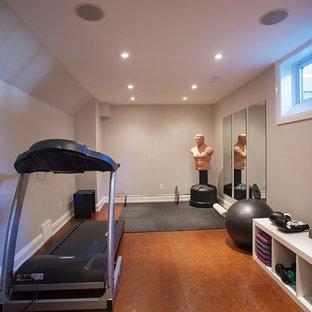 Mittelgroßer, Multifunktionaler Klassischer Fitnessraum mit grauer Wandfarbe und Korkboden in Ottawa