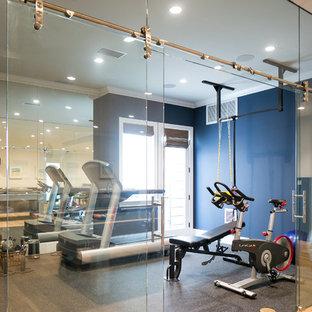 Esempio di una grande sala pesi minimal con pareti blu