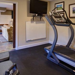 Immagine di una sala pesi tradizionale di medie dimensioni con pareti beige