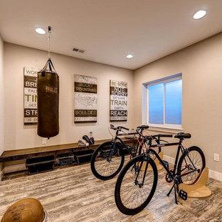 Foto di una grande palestra multiuso classica con pareti beige, pavimento in laminato e pavimento marrone