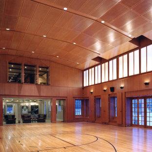 Großer Klassischer Fitnessraum mit Indoor-Sportplatz und hellem Holzboden in Boston