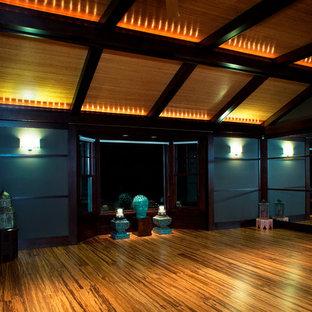 Cette photo montre un grand studio de yoga tendance avec un sol jaune.