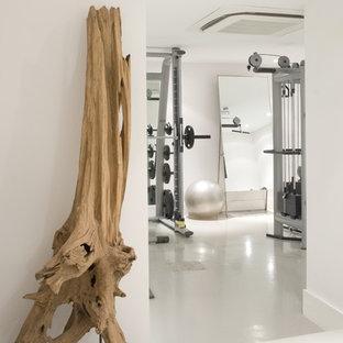 Esempio di una sala pesi contemporanea con pareti bianche e pavimento bianco