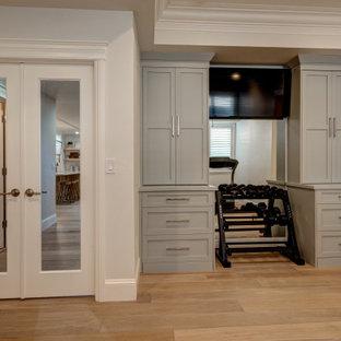 デンバーの小さいミッドセンチュリースタイルのおしゃれな多目的ジム (ベージュの壁、ラミネートの床、マルチカラーの床) の写真