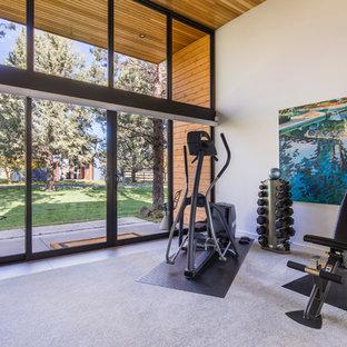 Mittelgroßer, Multifunktionaler Moderner Fitnessraum mit weißer Wandfarbe, Teppichboden und grauem Boden in Portland