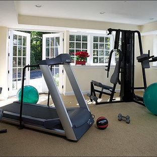 Multifunktionaler, Mittelgroßer Klassischer Fitnessraum mit beiger Wandfarbe und Keramikboden in Washington, D.C.