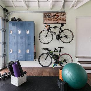 ロサンゼルスの中くらいのコンテンポラリースタイルのおしゃれなヨガスタジオ (緑の壁、無垢フローリング、茶色い床) の写真