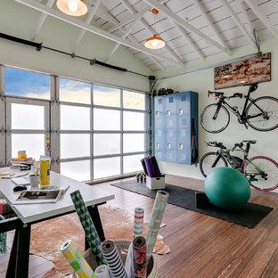 Foto di uno studio yoga design di medie dimensioni con pareti verdi, pavimento in legno massello medio e pavimento marrone