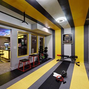 Moderner Kraftraum mit bunten Wänden und buntem Boden in Charlotte