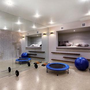 Multifunktionaler Moderner Fitnessraum mit lila Wandfarbe und braunem Boden in Melbourne
