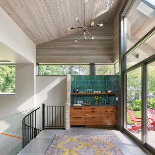 Ispirazione per un campo sportivo coperto minimal di medie dimensioni con pareti grigie, pavimento in ardesia e pavimento grigio