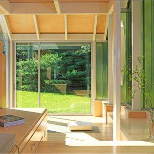 Großer Moderner Yogaraum mit beiger Wandfarbe, hellem Holzboden und beigem Boden in Boston