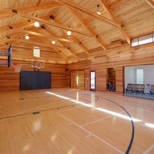 Ispirazione per un grande campo sportivo coperto chic con parquet chiaro, pavimento beige e pareti marroni