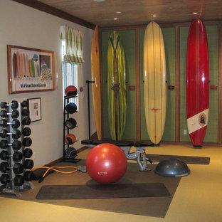 Immagine di una palestra in casa costiera con pareti verdi