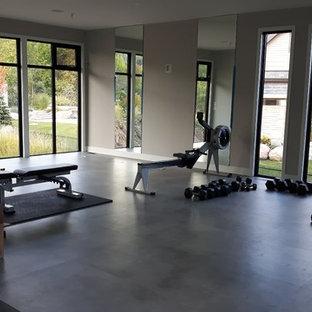 Ispirazione per un'ampia sala pesi minimalista con pareti grigie, pavimento in vinile e pavimento grigio