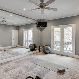 Esempio di uno studio yoga minimal di medie dimensioni con pareti grigie, moquette e pavimento beige