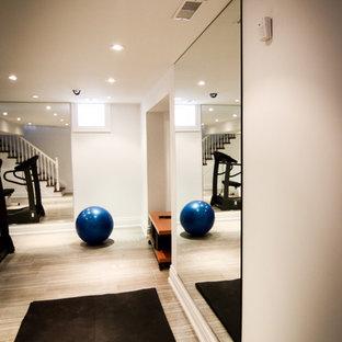 Multifunktionaler, Kleiner Klassischer Fitnessraum mit weißer Wandfarbe und Keramikboden in Toronto