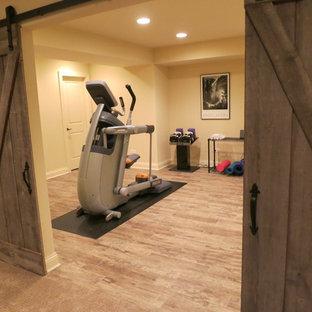 Multifunktionaler, Mittelgroßer Rustikaler Fitnessraum mit Keramikboden in Chicago