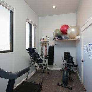 Immagine di una piccola palestra in casa country con pareti grigie, parquet chiaro e pavimento marrone