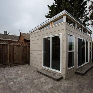 Идея дизайна: маленький универсальный домашний тренажерный зал в стиле модернизм