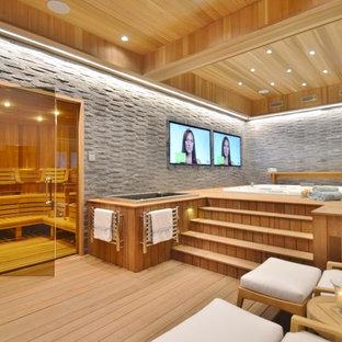 Foto på ett mycket stort funkis hemmagym, med ljust trägolv