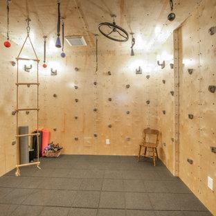 シアトルの中くらいのトラディショナルスタイルのおしゃれなクライミングウォール (ベージュの壁、コルクフローリング、茶色い床) の写真