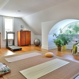 Klassischer Yogaraum mit weißer Wandfarbe in New York