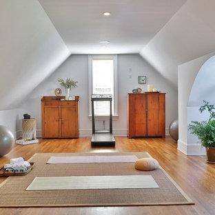 Diseño de estudio de yoga tradicional, de tamaño medio, con paredes blancas