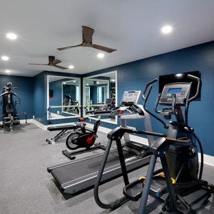 Esempio di una grande sala pesi tradizionale con pareti blu e pavimento nero