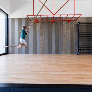 Esempio di una grande palestra multiuso moderna con pareti bianche, parquet chiaro e pavimento beige