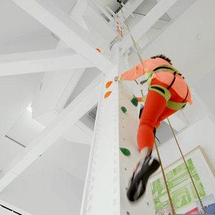 Nordischer Fitnessraum mit Kletterwand und weißer Wandfarbe in New York