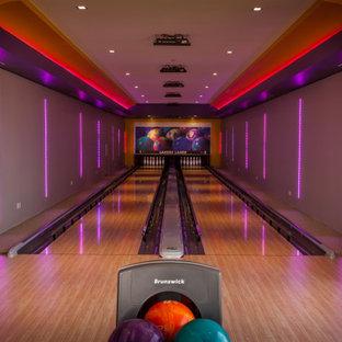 Moderner Fitnessraum mit Indoor-Sportplatz, bunten Wänden, hellem Holzboden und beigem Boden in Dallas