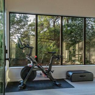 Multifunktionaler, Kleiner Moderner Fitnessraum mit weißer Wandfarbe, grauem Boden und Holzdecke in Austin