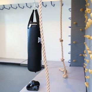 Idées déco pour une salle de sport moderne de taille moyenne avec un mur blanc.