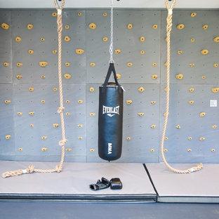 Idee per una palestra in casa country di medie dimensioni con pareti grigie e pavimento in laminato